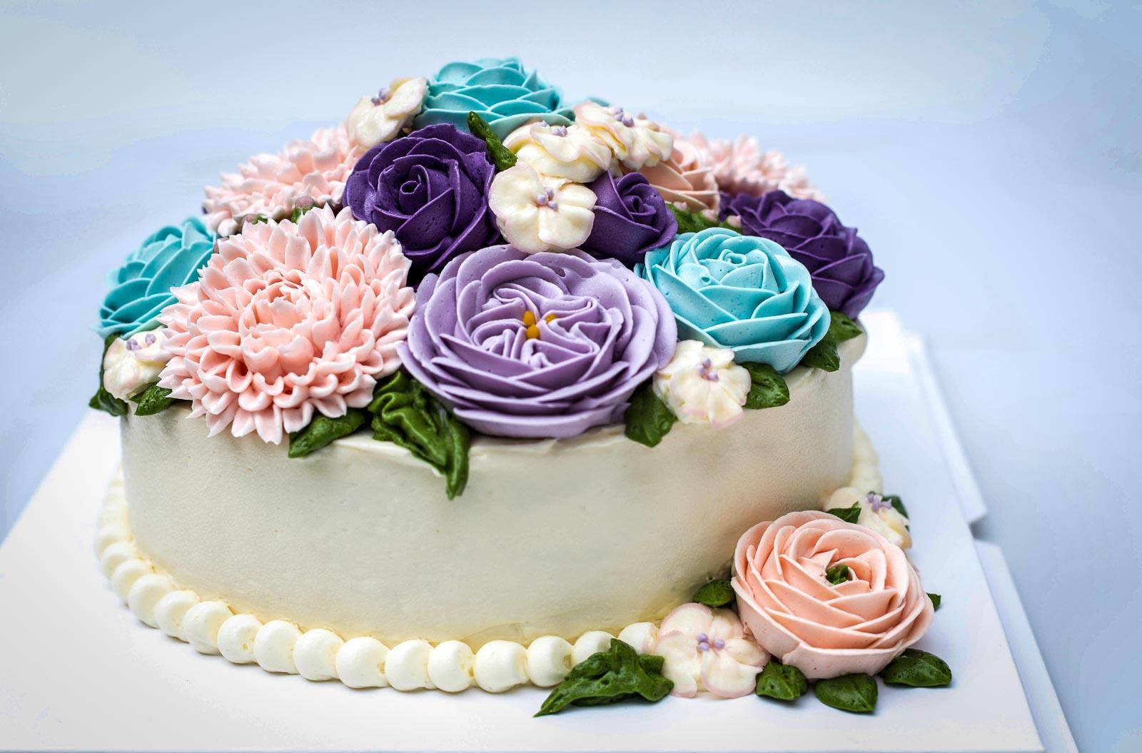 O-ZEN Portfolio Tortenmanufaktur Aachen weisse Torte mit Blumen