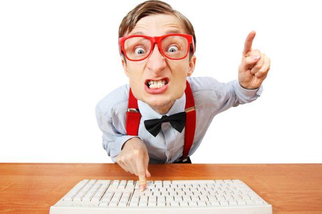 Beratung Webdesign TOP 3 Fallen - aufgeregter Mann am Computer