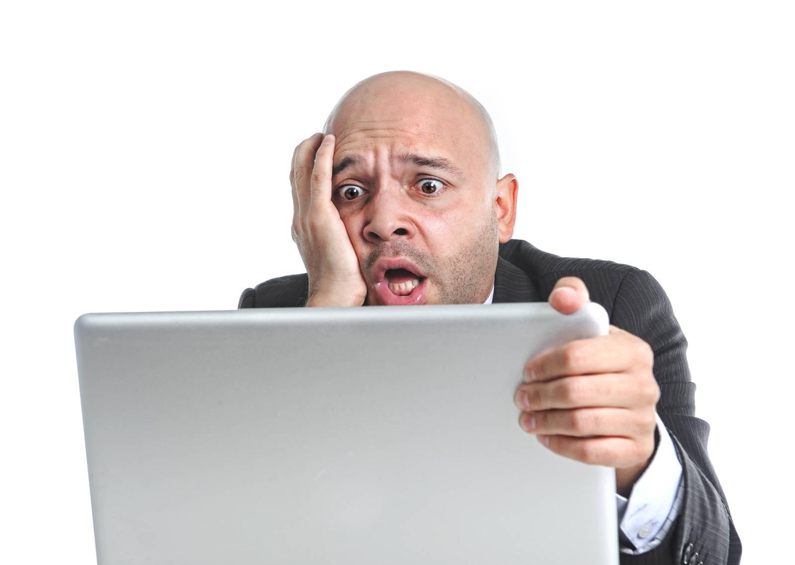 Beratung Webdesign TOP 3 Fallen - verzweifelter Unternehmer mit Laptop der seine Webseite selbst macht