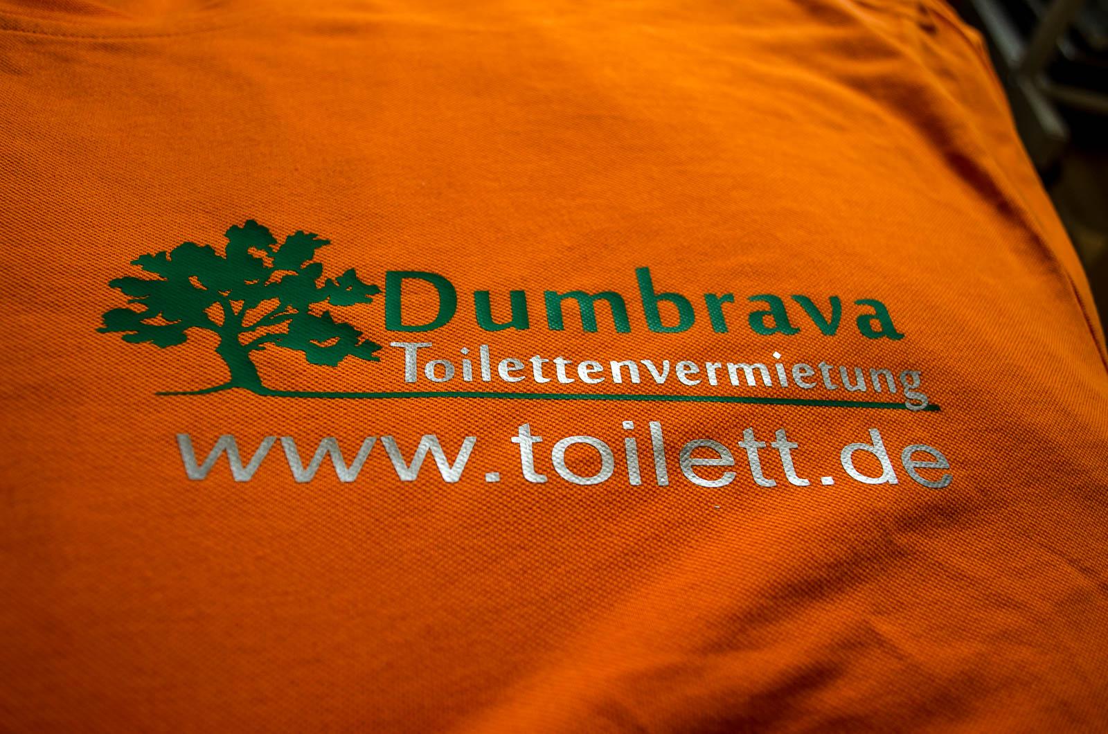 O-ZEN Portfolio toilett-de Textil Beschriftung auf orange Tshirt